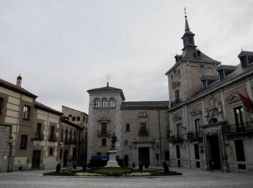 Visita la Plaza de la Villa en Madrid