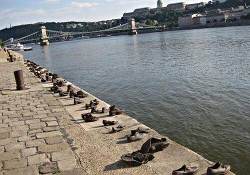 Los zapatos de Budapest junto al Danubio 6