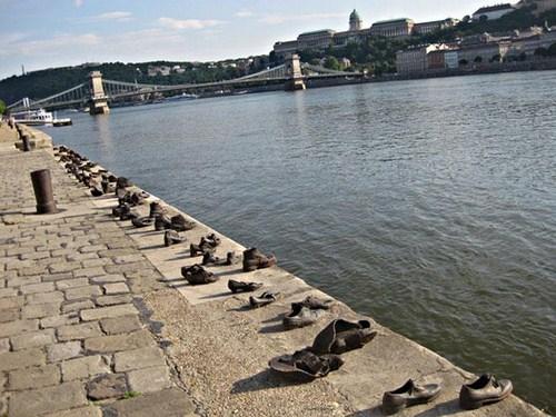 Los zapatos de Budapest junto al Danubio